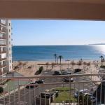 Doté d'un balcon offrant une vue sur la mer et situé à 20 mètres seulement de la plage, le J&V Sol i Mar 20 vous accueille à 3 km du centre de Roses, à proximité des magnifiques paysages naturels de Cadaqués. L'appartement comprend une chambre double, 2 chambres lits jumeaux ainsi qu'un salon incluant un canapé-lit, une télévision et une table à manger.