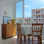 Situé à1,8 km du centre de Roses et à 3 minutes à pied de la plage, le J&V Weekend est un studio lumineux doté d'un petit balcon et d'un parking privé gratuit. Il dispose de 2 canapés-lits, d'une télévision par satellite à écran plat et d'une table à manger.
