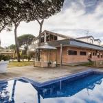 Située à Vidreres, à 5 minutes de route de la gare de Sils, l'AS La Casa Gran dispose d'un jardin avec une piscine extérieure et un barbecue. La villa est dotée d'une terrasse, d'une télévision à écran plat et d'une salle de bains privative.