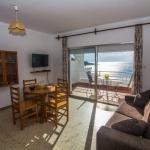 Situé en bord de mer et offrant un accès direct à la plage d'Almadraba, l'Agi Veronés Platja propose des hébergements à Roses. Chaque appartement dispose d'une terrasse privée donnant sur la mer et d'une table à manger.