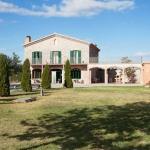 Cette maison de campagne en pierre restaurée se situe au sein de vergers, à 1 km de Sant Pere Pescador, sur la Costa Brava. L'établissement propose une piscine extérieure ainsi qu'une connexion Wi-Fi et un parking gratuits.