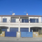 Semi-detached holiday home with private swimming pool in L Escala. very near the beach and the Riells boulevard.