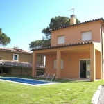 Detached 3-bedroom villa with private swimming pool located close to the Club de Golf and at 1.1 km from Platja de Pals beach on the Costa Brava.