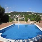 Doté d'un court de tennis et d'une piscine avec bain à remous, l'Hostal Los Pinares propose des chambres à 5 minutes en voiture de Lloret de Mar. L'établissement dispose d'une connexion Wi-Fi gratuite dans tous ses locaux.