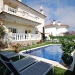 Située à seulement 600 mètres de la plage et dotée d'une piscine extérieure privée, la Villa Togo vous propose un hébergement indépendant à Lloret de Mar, dans la province de Gérone. Une connexion Wi-Fi est disponible gratuitement dans l'ensemble des locaux.