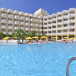 Situé dans la charmante ville de Tossa de Mar, sur la Costa Brava, l'Oasis Tossa & Spa dispose d'une grande piscine extérieure et d'un spa gratuit. Ses chambres climatiséescomprennent un balcon privé et un coffre-fort de location.