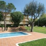 Situé à seulement 3 km du centre de Palamós et à 5 minutes à pied de la plage de Cala la Fosca, le Royal S'Alguer Lafosca dispose d'une piscine extérieure commune, d'un jardin et d'un parking privé. Les appartements possèdent un balcon privé meublé offrant une vue sur le jardin.