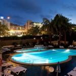 Lloret de Mar: séjournez au cœur de la ville  Cet hôtel économique est situé à seulement 350 mètres des plages de Lloret de Mar, sur la Costa Brava. Les chambres possèdent des balcons donnant sur la piscine.