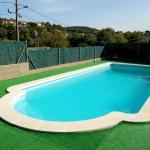 Situé à 4 km de Maçanet de la Selva, la Villa Santa Elena Holiday House comprend une piscine extérieure, un jardin, une terrasse et un barbecue. Blanes est accessible en 20 minutes de route.