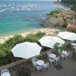L'Hotel Mediterrani est érigé sur une plage à Calella de Palafrugell, l'un des plus beaux villages de la Costa Brava. Cet établissement à la gestion familiale offre une vue panoramique sur la baie et la mer Méditerranée.