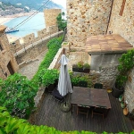 Casa Emilia is located in Tossa de Mar. There is a full kitchen with a dishwasher and a refrigerator.