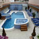 L'établissement Maurici Park se trouve à côté du lac de Sant Maurici, au bord du réseau des canaux d'Empuriabrava. Il propose une connexion Wi-Fi gratuite, une piscine extérieure avec 2 jacuzzis, un sauna et une salle de sport.