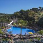 Lloret de Mar: séjournez au cœur de la ville  Le Rosamar Garden Resort est situé à 200 mètres de la plage de Lloret de Mar. Il dispose d'un centre de remise en forme, d'un spa, de 4 piscines, d'un mini-golf et de chambres climatisées avec la télévision par satellite.