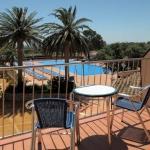 Doté d'une piscine à débordement de 33 mètres et d'une piscine intérieure chauffée en saison, le San Carlos se trouve à 2 km de Roses. Il propose gratuitement un service de navette à destination de la plage de Roses et un parking privé.
