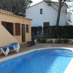 Holiday home Belgas is located in L'Escala. There is a full kitchen with a dishwasher and a microwave.