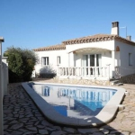 Holiday home Guti is located in L'Escala. There is a full kitchen with a microwave and an oven.
