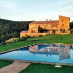 Apartment Can Quera - Surera is a self-catering accommodation located in La Vajol. Complete with a microwave, the dining area also has a refrigerator.