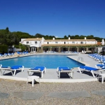 Cet hôtel à la gestion familiale est situé dans la baie de Port Lligat, à seulement 50 mètres de la fascinante maison-musée de Salvador Dalí. Il propose une connexion Wi-Fi gratuite et 2 piscines extérieures avec vue sur la mer.