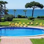 Situé sur la plage de San Pol, sur la Costa Brava, cet élégant hôtel est entouré par 8 000 m² de jardins offrant une vue sur la mer Méditerranée. Il dispose d'un spa, d'une piscine extérieure et d'une terrasse bien exposée.