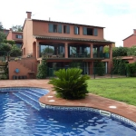 Situé à Sant Julià De Ramis, le Qlodging Villas propose une piscine extérieure et une connexion Wi-Fi gratuite. Cet hébergement spacieux dispose d'une télévision, d'un balcon et d'une terrasse.
