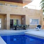 Situé sur l'un des nombreux canaux d'Empuriabrava, l'Apart-rent Villa Llobregat 47 B propose une piscine privée avec chaises longues et une terrasse avec coin repas extérieur. Enfin, vous rejoindrez la plage en 5 minutes de route.