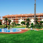 L'établissement Port Pals est situé au bord de la plage Platja de Pals sur la Costa Brava. Il propose une piscine extérieure et des appartements avec un balcon privé.
