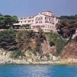 Le Sant Roc est situé sur une colline surplombant la ville et la baie de Calella de Palafrugell, sur la Costa Brava. Il propose des chambres climatisées dotées d'un balcon, la plupart avec vue sur la mer.