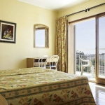 Installé à 10 minutes à pied de Lloret de Mar, le Lloret Club Hotel Goya vous propose une piscine extérieure, une terrasse bien exposée dotée de chaises longues, ainsi qu'un bar. Lumineuses et décorées avec simplicité, les chambres disposent d'un balcon privé et d'une salle de bains privative avec baignoire.