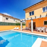 Located in L'Escala, Villa L'Escala 2 offers an outdoor pool. There is a full kitchen with a dishwasher and a microwave.