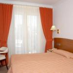 L'Hotel Santa Anna vous accueille à 100 mètres du port de l'Estartit. Il possède une piscine extérieure et une terrasse bien exposée.