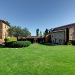 L'établissement Mas Petit propose des appartements entièrement équipés avec une connexion Wi-Fi gratuite et offrant une vue sur le jardin. Situé dans un quartier tranquille et entouré par la nature, l'hébergement se trouve à La Bisbal.