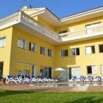 Située à 5,5 km de Tossa de Mar et à 1,6 km de la plage de sable de Cala Canyelles, la Villa Canyelles comprend un jardin agrémenté d'un barbecue et d'une piscine extérieure saisonnière, ainsi qu'un parking privé gratuit. Donnant sur la piscine, cette villa de 6 chambres possède une terrasse meublée, deux cuisines et deux salles à manger.