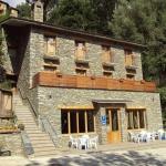 L'Hostal Les Roquetes est situé à Queralbs, dans la région du Ripollès des Pyrénées catalanes. Il se trouve à 200 mètres de la ligne de chemin de fer de montagne de Núria et propose un hébergement avec balcon privatif.
