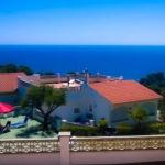 Situé à 900 mètres de la plage de Santa Cristina, cet hébergement comprend une piscine extérieure et une aire de jeux pour enfants. L'Apartamentos Famara propose des appartements et de bungalows dotés d'une terrasse privée donnant sur la mer.