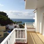 Doté d'une piscine commune et d'un jardin, l'établissement Apartamentos Sol-Fenals se situe à Lloret de Mar, à seulement 50 mètres de la plage. L'établissement propose des appartements climatisés avec connexion Wi-Fi et vue sur la mer.