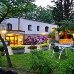 L'établissement Els Caçadors de Maçanet, niché dans le paysage de montagnes des Pyrénées espagnoles, vous accueille dans le cadre chaleureux d'un corps de ferme rénové et plein de charme. Vous passerez des journées agréables dans le magnifique jardin de l'hôtel avant de faire quelques brasses rafraîchissantes dans la piscine extérieure.