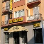 L'Hotel Europa est un petit établissement chaleureux bénéficiant d'un superbe emplacement, à 800 mètres de la pittoresque vieille ville de Gérone et à seulement 40 mètres de la gare routière et ferroviaire. Profitez d'un séjour tout confort à l'Europa, dont les chambres élégantes sont équipées d'une salle de bains privative, d'une télévision à écran plat, de la climatisation et du chauffage.