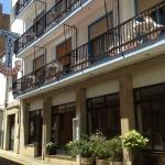 Situé à seulement 200 mètres de la plage de l'Escala, le Pensió Hostal Mediterra propose des chambres avec télévision à écran plat et connexion Wi-Fi gratuite. Vous trouverez également un bar-restaurant sur place.