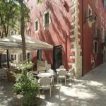 Situé dans la vieille ville de Gérone, l'Hotel Llegendes de Girona Catedraloccupe un bâtiment restauré du XVIIIe siècle, à 150 mètres de la cathédrale et des bains arabes. Les chambres disposent d'une télévision à écran plat, d'une douche à effet pluie et d'une connexion Wi-Fi gratuite.