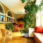 Lloret de Mar: séjournez au cœur de la ville  L'hôtel Mundial Club vous accueille dans le centre de Lloret de Mar, à quelques pas du bord de mer. Il abrite une réception ouverte 24h/24 et une piscine extérieure bordée d'une terrasse bien exposée.