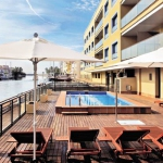 Le complexe Pierre & Vacances Empuriabrava Marina bénéficie d'un cadre pittoresque dans le port de plaisance d'Empuriabrava, à 15 minutes de marche de la plage. Il propose un hébergement élégant, 2 piscines et un bain à remous sur le toit.