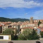 Situé au pied de la montagne de Sant Bartomeu en Catalogne, l'établissement La Trobada Sport se trouve à 3 minutes à pied de la voie verte (ancienne voie de chemin de fer) ainsi que des gares ferroviaire et routière de Ripoll. Les chambres comprennent une salle de bains privative pourvue d'un sèche-cheveux et d'une baignoire ou d'une douche.