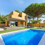 Located in L'Escala, Villa L'Escala offers an outdoor pool. This self-catering accommodation features free WiFi.