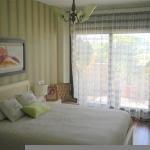 Situé à Lloret de Mar, à 2 km du parc aquatique Water World, l'Apartamentos Perfect Vacations-Mpro12 des hébergements indépendants avec terrasse donnant sur la ville. Tous les appartements comprennent également des salles de bains pourvues d'une baignoire ainsi qu'un coin salon doté d'une télévision et d'un lecteur DVD.