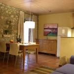 Ces appartements chic sont situés dans le cœur historique de Gérone, dans une maison de ville rénovée, donnant sur les murs de la vieille ville. Les intérieurs modernes présentent un contraste réussi avec le charme de leur environnement d'époque.