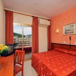 L'Hotel Continental est situé dans un quartier calme du centre de Tossa de Mar. Il dispose d'une piscine extérieure ainsi que d'une terrasse et toutes ses chambres possèdent un balcon privé et la climatisation.