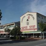 Les Residencial Super Stop Apartamentos sont des appartements fonctionnels installés dans un petit centre commercial sur la Plaça Josep Pallac, à seulement 3 km des plages de la Costa Brava. Chaque appartement lumineux dispose d'une télévision et d'un balcon ou d'une fenêtre.
