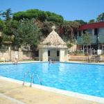 Le camping Domaine Résidentiel de Plein-Air-King's propose des bungalows bien aménagés au cœur d'une forêt. Situé à Palamós, sur la Costa Brava, il dispose d'une piscine extérieure ouverte en saison et d'un restaurant.