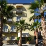 L'accès aux chambres spacieuses de cet hôtel se fait par une cour attrayante, remplie de plantes multicolores. Le Ninays dispose d'une piscine extérieure ouverte en saison et d'une connexion Wi-Fi gratuite.