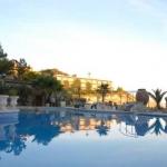 Cet hôtel est situé juste à l'extérieur de Sant Feliu de Guixols, sur une péninsule entourée par la mer Méditerranée. Il dispose de piscines intérieure et extérieure et propose des chambres climatisées dotées d'un balcon.